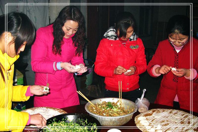 员工年夜包饺子